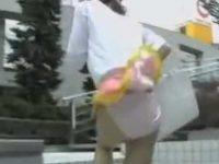 電話しながら歩いてるとスカートめくり!簡単にパンツ丸見えになる超ミニスカ