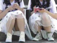 2人まとめて座りパンチラ盗撮!同じ衣装でもパンティーは白と黒のコスプレ娘