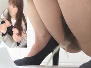 和式トイレ盗撮!大きく股を広げるとなぜか上を向いておしっこする女性たち