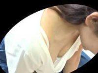 きれいな若妻の美乳胸チラ!前屈みでも胸元を隠さずブラの隙間からうっすら乳輪
