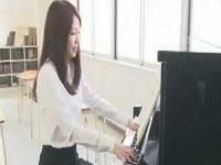 ピアノ演奏中に襲われる音楽教師!大股開きで押さえられおま〇こ広げて写真撮影