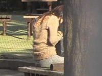 公園で座ってると背後からぶっかけ!トイレに駆け込み背中の精子をふき取る女性