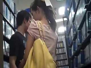 店内逆さ撮りパンチラ!彼氏とイチャイチャしてると純白パンツを見られてる彼女
