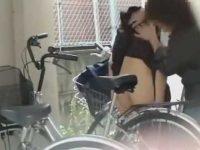 自転車置き場でスカートめくり!すぐ隠さないとパンツも下ろされちゃう制服娘