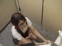 公衆トイレでいきなりぶっかけ!壁から出てきたチ〇ポを見つめるメガネ娘に顔射
