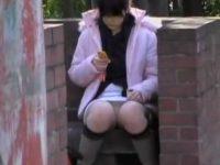 座りパンチラで純白パンツを確認してもスカートめくり!前も後ろも見られる娘