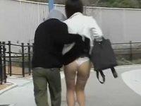 後ろからスカートめくり!走り去る男に何もできずTバックパンツを見られる女性