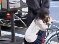 バス停でいたずらぶっかけ!肩をトントンされて振り向くと顔射されちゃう制服娘