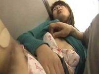 電車で乳首を転がされうっとりしちゃう女性!すかさずガシガシ手マンする痴漢