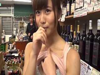 仕事中におっぱいを見せてくれるバイト娘に店内の死角でチ〇ポを入れてあげる
