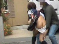 後ろから突然スカートめくりパンツ下し!お尻を見られたって平静を装う制服娘