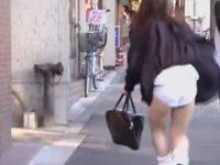 街中でスカートめくりダッシュ!隠す間もなく純白デカパンツを見られちゃう制服娘