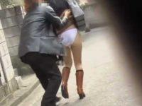 そっと近づきスカートめくり!パンツも下ろすとお尻丸出しで転んじゃう女性