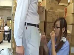 倉庫で脅すセクハラ上司「しないとクビですか?」隠れてチ〇ポを握るパート若妻