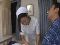 看護婦にチ〇ポを拭かれ勃起しちゃう患者「口で拭いてよ!」断れずフェラチオ