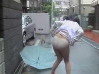 雨の日にスカートめくり!傘を持ってて隠せずパンツ丸出しにされちゃう看護婦