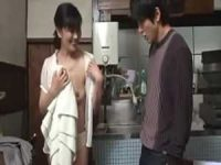 濡れた服を脱ぐ母を見て勃起してる息子「プリプリ..」フェラチオしてあげる