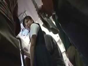 満員バスでセンズリしながら近づく痴漢!怖がっててもマン汁が溢れてる制服娘