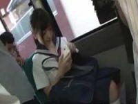 満員バスで痴漢プレイが友達にバレてとぼける制服娘!降りて続きのフェラチオ