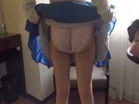スカートめくってパンツを見せてもらう!お尻を突き出してくれるとズブッと指入れ