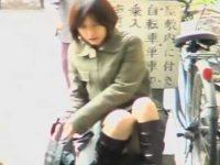 座りパンチラ盗撮バレ!気付いて逃げるミニスカ女性を追いかけスカートめくり