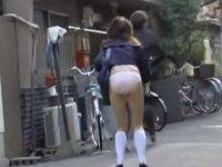 一瞬でスカート剥ぎ取り!いきなりパンツ丸出しの恥ずかしい姿になる制服女子