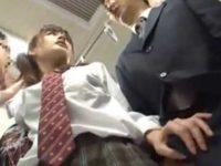 電車で制服娘のお尻が当たり勃起するおじさん「大丈夫ですか?」バレて握られる