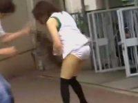 いきなりスカート剥ぎ取り純白パンツ丸出し!電話してお母さんに助けを求める娘