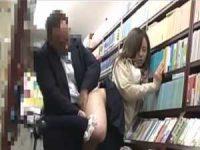 本屋で立ち読み娘のパンツを下ろす痴漢!おま〇こをこじ開け無理やりねじ込む