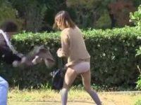 ミニスカ娘スカートめくり!抵抗して踏ん張ったら剥ぎ取られてパンティー丸出し