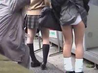 2人まとめてスカートめくり!純白パンツを見られて追いかけてくる制服ギャル