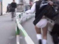 歩道でいきなりスカートめくり!純白パンツを見られて追いかけるミニスカ制服娘
