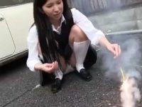 花火で遊ぶ制服娘のしゃがみパンチラ!手伝ってあげる振りしてパンツを狙られる