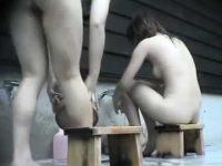 洗い場で急に立ち上がりおま〇こを見せるぽっちゃり女性と横乳を見せる美乳女性