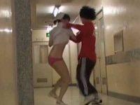 病院でスカートめくり「コラ~っ!」赤パンティー丸出しで追いかけてくる看護婦