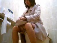 公衆トイレ盗撮!おしっこする前にパンティーの汚れをチェックしておく美女