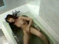 民家風呂オナニー盗撮!浴槽でお湯がじゃぶじゃぶするほど全力でかき回す女性