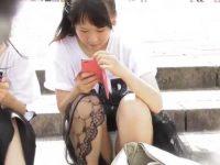 座りパンチラ盗撮!イベント会場で化粧したミニスカ美少女の生足純白パンティー