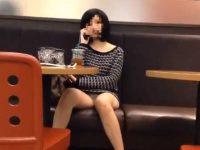 店内パンチラ盗撮!座ってる間ずっと柄パンティーが見えてるミニスカギャル