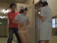 おへそが見えるほどスカートめくり「こら~!」パンツ丸出しで追いかける看護婦