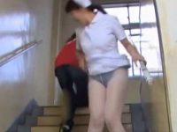 階段でスカートめくり!悲鳴より先にパンスト越し黒パンツ丸出しにされる看護婦