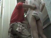 病院でスカートめくり!目の前でパンツ丸出しの看護婦を見て追いかけてくる医師