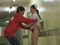 ギャル看護婦に声をかけてスカートめくり!予想どおりのエッチな生足柄パンティー