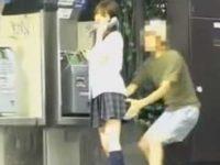 電話中にスカートめくり!セクシーな黄色パンツを見られても話し続ける制服美少女