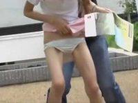 いきなりスカート破り!強引に引っ張られてパンツも脱げそうになるスリム美女