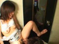 クラブのトイレで「恥ずかしい!」言いながら脱がされると大股開きで感じている女の子