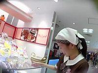 ショップ店員パンチラ盗撮!自慢のお菓子を勧めながら黒パンツを見られる素朴女子