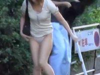 すれ違いざまにスカート剥ぎ取り!一瞬でTバックパンツ丸出しにされて慌てるギャル