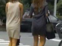連続スカートめくり!いきなりパンツ丸出しにされても笑ってるミニスカ美女2人組