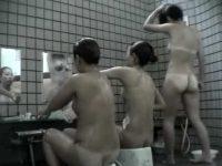 風呂洗い場盗撮!日焼けギャルにぴちぴち女性にぽっちゃり熟女が並んでゴシゴシ